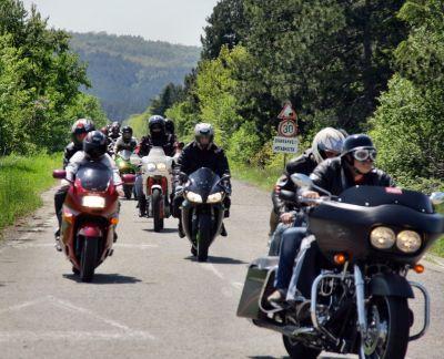 Червени мотористи (на)качиха Бакаджиците на мото събор Ямбол 03
