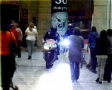 Луди нахлуха с мотори в столичен мол 02
